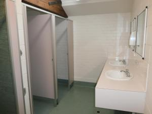 A bathroom at Launceston Backpackers