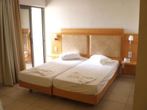 Een bed of bedden in een kamer bij Saint Constantine Hotel