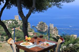 A restaurant or other place to eat at Torre Bennistra