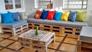 A seating area at Solar63 Hostel Porto Alegre