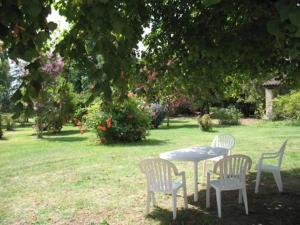 A garden outside Chambres d'hôtes Le Chardon Fleuri