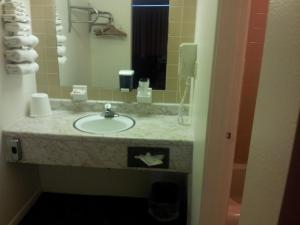 A bathroom at Indian Head Motel