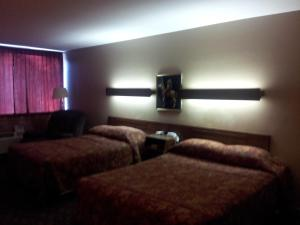 A bed or beds in a room at Indian Head Motel