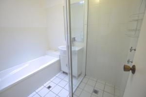 A bathroom at Katoomba Townhouses