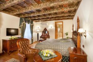 Uma área de estar em Hotel U Prince
