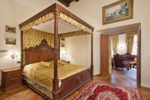 A bed or beds in a room at Hotel U Prince
