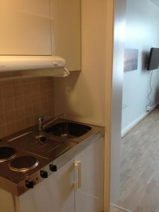 A kitchen or kitchenette at Sentrumsgården Motell AS