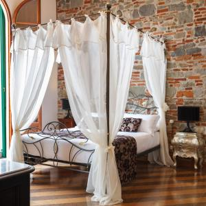 A bed or beds in a room at Villa Il Mosaico