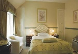 A bed or beds in a room at La Fleur De Lys
