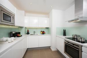 A kitchen or kitchenette at Fraser Place Canary Wharf