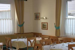A restaurant or other place to eat at Albergo Hofer