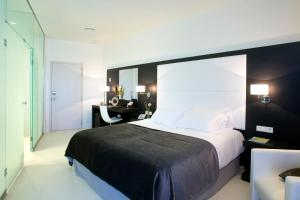 A bed or beds in a room at Hotel Porta Fira 4* Sup