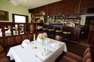 Ein Restaurant oder anderes Speiselokal in der Unterkunft Hotel Spreeblick