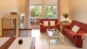 A seating area at Life Apartments Costa Ballena