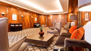 A seating area at Althoff Hotel am Schlossgarten