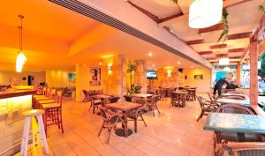 A restaurant or other place to eat at Carina Hotel
