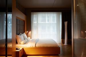 Een bed of bedden in een kamer bij Amadi Park Hotel
