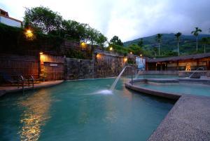 亞灣飯店游泳池或附近泳池