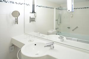 A bathroom at Mercure Hotel Hamm