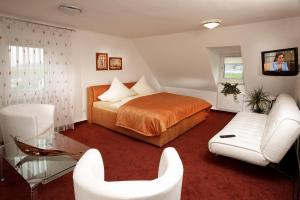 A bed or beds in a room at Gasthaus am Flughafen