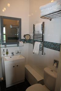 A bathroom at Crompton Guest House