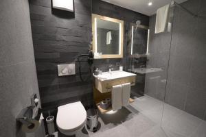 A bathroom at Alpenhotel Fleurs de Zermatt