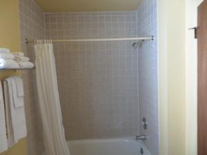 A bathroom at Scottish Inn Winnemucca