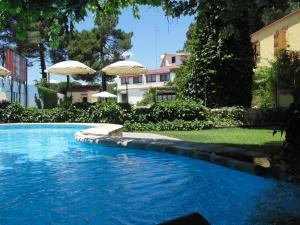 The swimming pool at or near Rural Arco Iris Cuenca