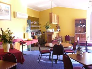 A restaurant or other place to eat at Australia Park Motel