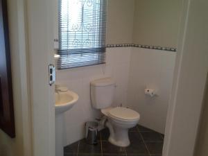 A bathroom at Red Tudor B&B