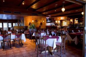 Majoituspaikan Hotel Rinssi-Eversti ravintola tai vastaava paikka