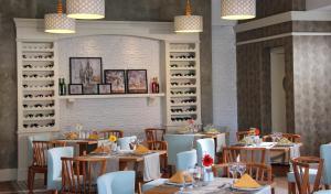 Een restaurant of ander eetgelegenheid bij Grand Park Lara Hotel