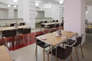 Un restaurante o sitio para comer en AXA Hotel