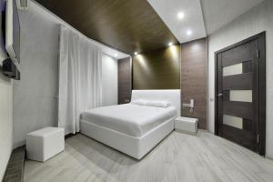 Кровать или кровати в номере Alex Hotel on Marshala Zhukova