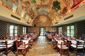 Ein Restaurant oder anderes Speiselokal in der Unterkunft Gloria Verde Resort - Kids Concept