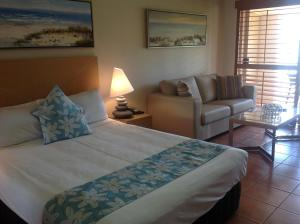 A bed or beds in a room at at Boathaven Bay Holiday Apartments