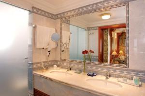 A bathroom at Pine Cliffs Village & Golf Suites