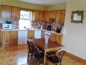 A kitchen or kitchenette at Moulamill Cottage