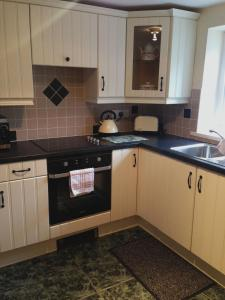 A kitchen or kitchenette at Berwick Hall Cottage