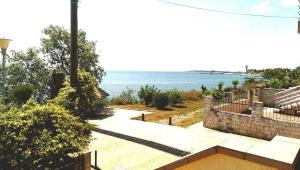O vedere generală la mare sau o vedere la mare luată din această vilă