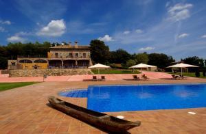 Het zwembad bij of vlak bij Mas Ferran
