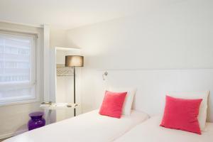 Кровать или кровати в номере ibis Styles Lille Centre Gare Beffroi