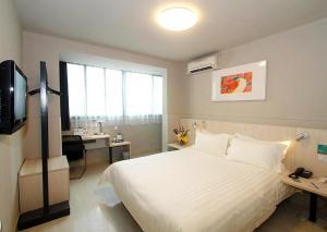 Кровать или кровати в номере Jinjiang Inn Shijiazhuang Ping'an Street