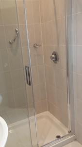 A bathroom at Dolphin Hotel
