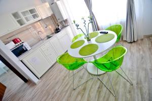 O bucătărie sau chicinetă la Summerland Happy Blue Apartments