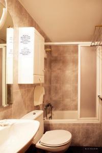 A bathroom at Hostal Musunzar