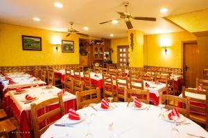 A restaurant or other place to eat at Hostal Musunzar