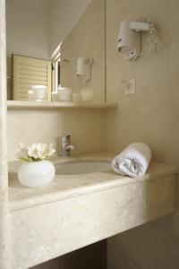 A bathroom at Glaros Hotel Apartment