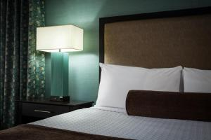 A bed or beds in a room at Crowne Plaza Anchorage-Midtown, an IHG hotel