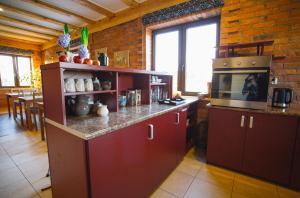 Kuchnia lub aneks kuchenny w obiekcie Ośrodek Wypoczynkowo Sportowy Pod Żurawiem